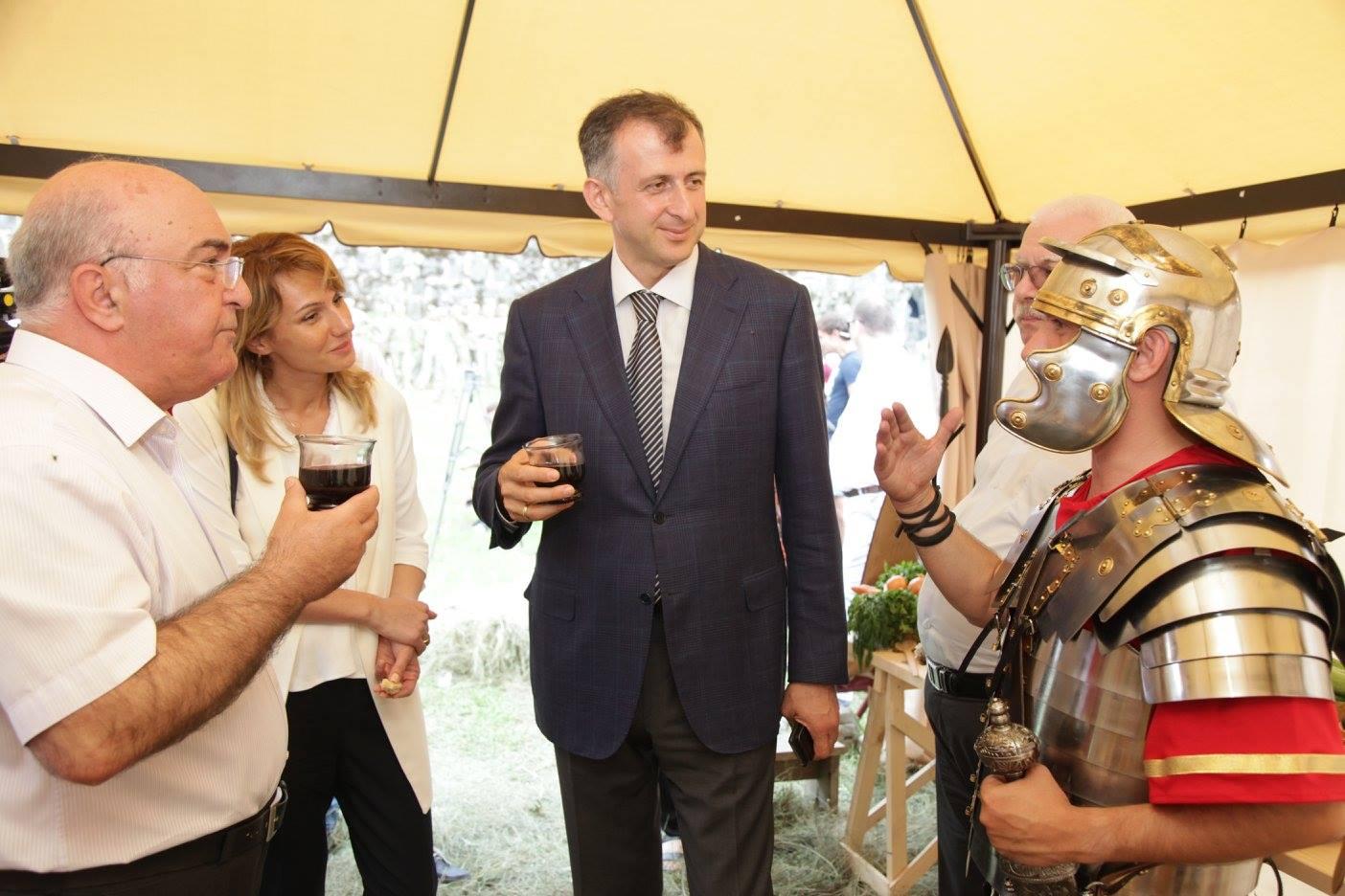"""აჭარის მთავრობის თავმჯდომარე წარმოდგენას """"რომაელი ჯარისკაცის ერთი დღე გონიოში"""" დაესწრო"""