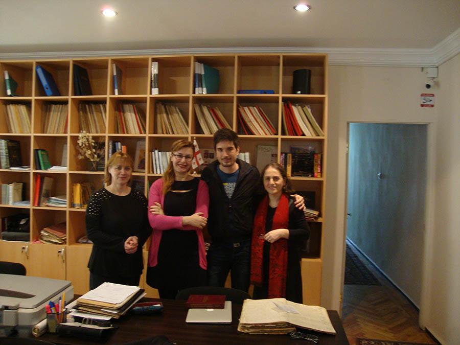 4 ეთენ პიერო არქივის თანამშრომლებთან ერთად
